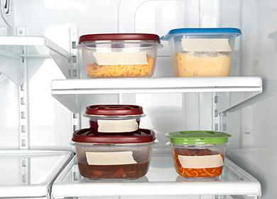 Лотки с едой в холодильнике
