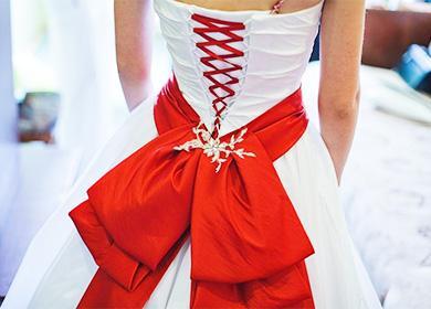 Красный бант на белом платье