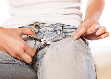 Прорезание дырок в джинсах