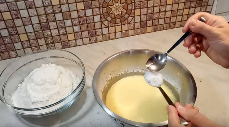 Гасим уксусом соду и добавляем в тесто.