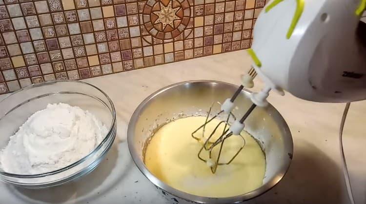 Вводим растопленное масло и снова перемешиваем.