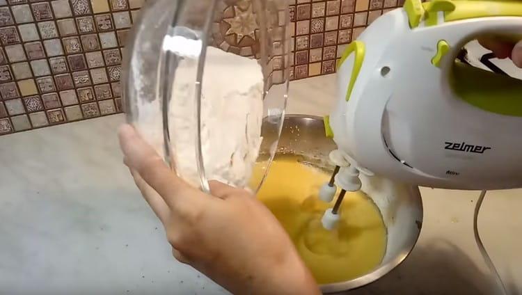 Понемногу добавляем в тесто муку, добиваясь консистенции, как у теста на оладьи.