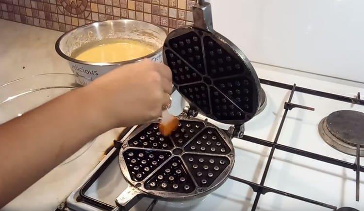 Разогреваем форму и смазываем ее с обеих сторон растительным маслом.