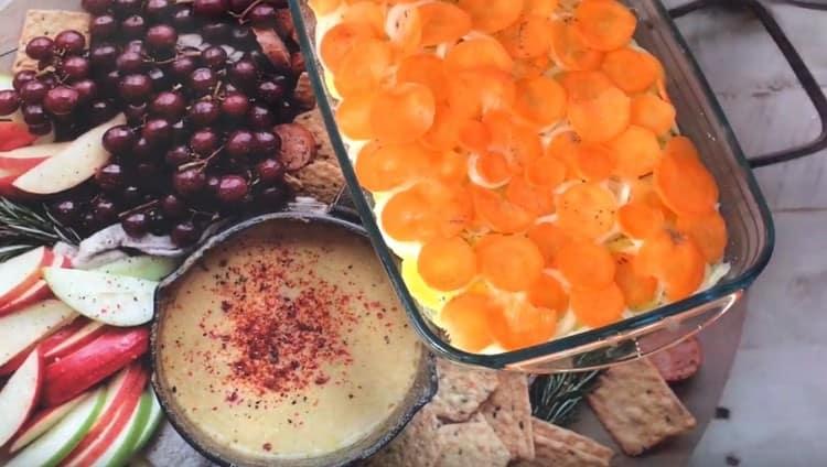 Морковный слой тоже можно посолить и поперчить.