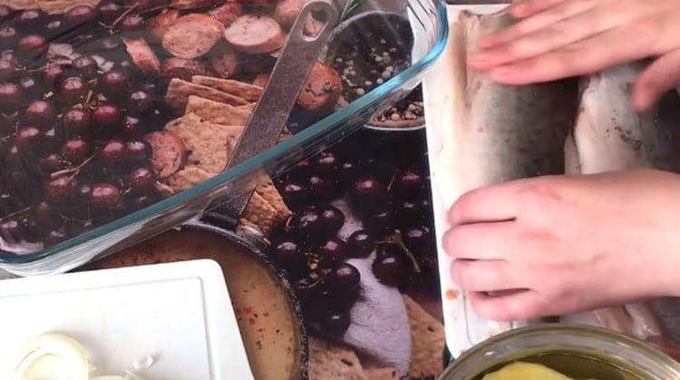 Филе горбуши солим и перчим.