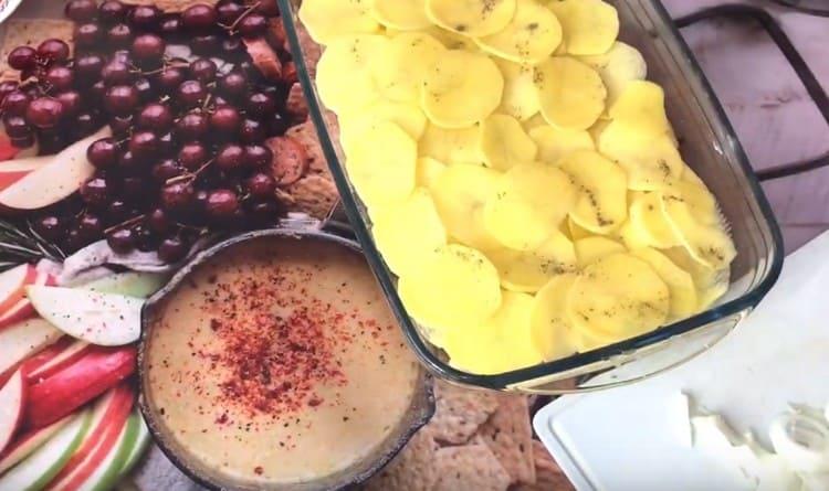 Солим и перчим картофельный слой.