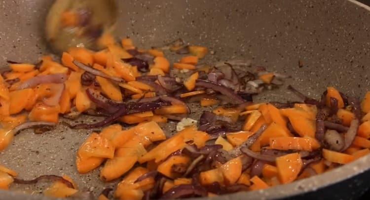 Затем добавляем к луку морковь и жарим еще несколько минут.