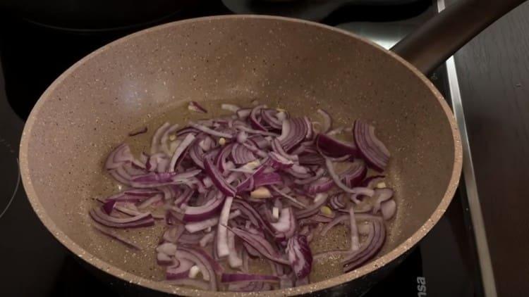 Выкладываем на сковороду лук и жарим до прозрачности.