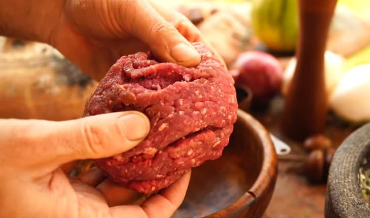 Перекручиваем через мясорубку мясо.