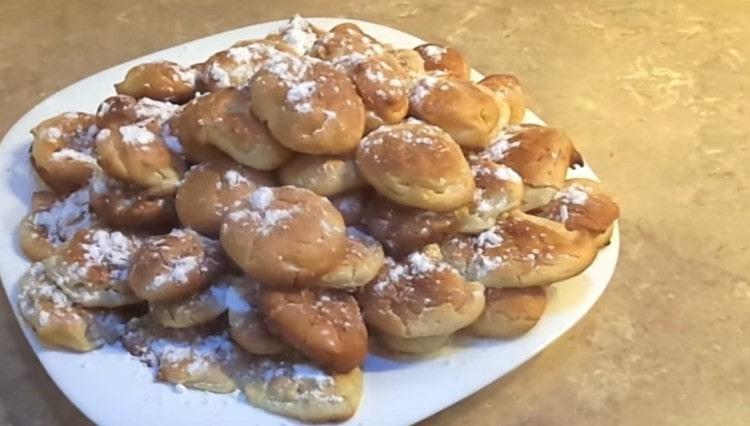 Готовое заварное печенье можно присыпать сахарной пудрой.