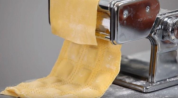 Равиоли удобно делать при помощи специальной машинки.