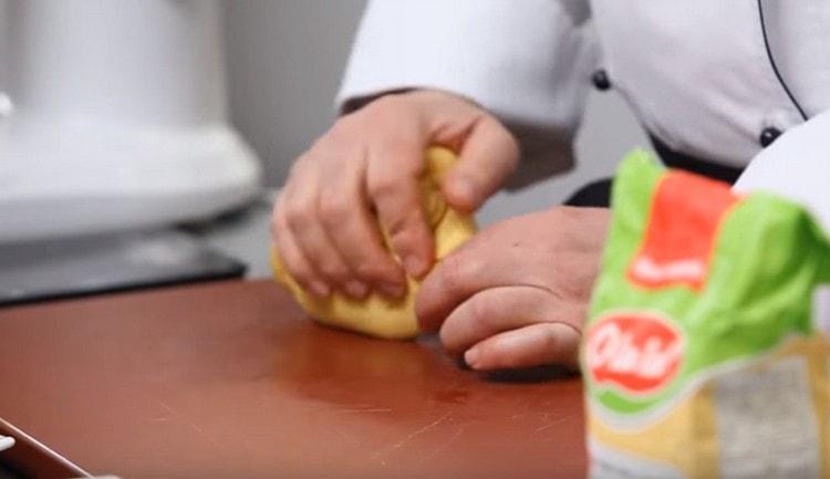 Скатываем тесто в шар и оставляем на время приготовления начинки.