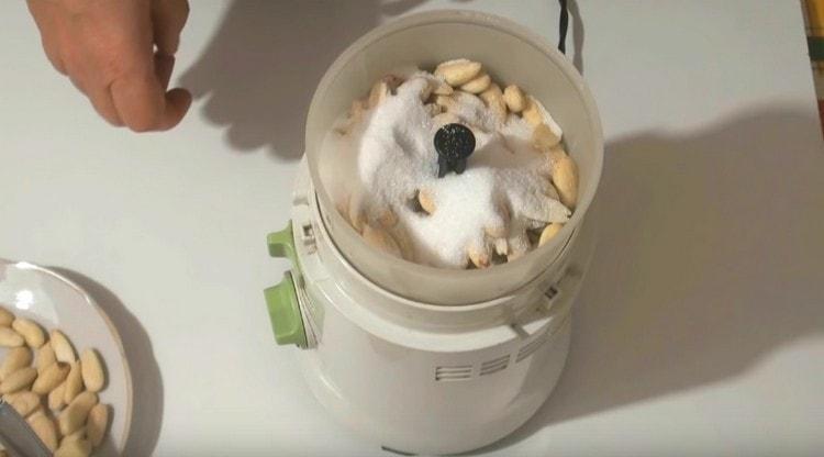 Минадль и абрикосовые косточки перемалываем в кофемолке вместе с сахаром.