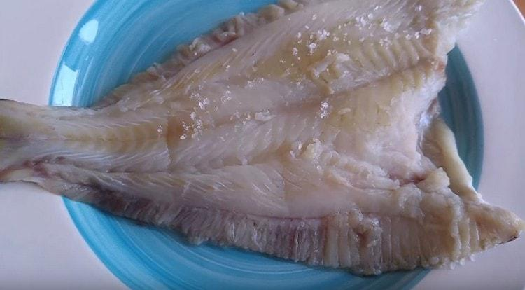 Солим рыбу.