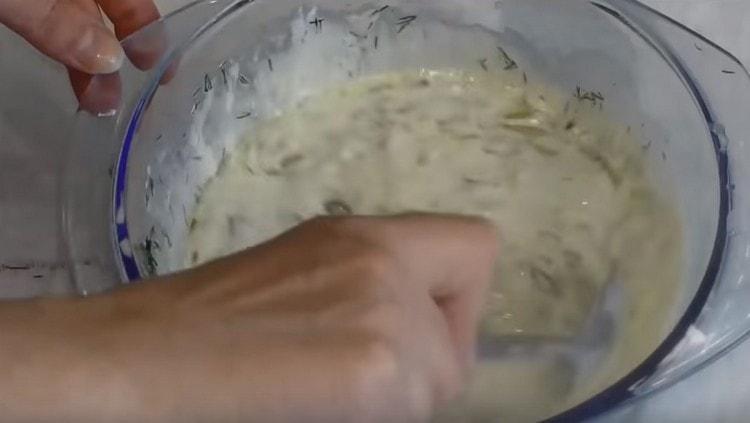 Добавляем обжаренный лук, соль, перец и перемешиваем соус.