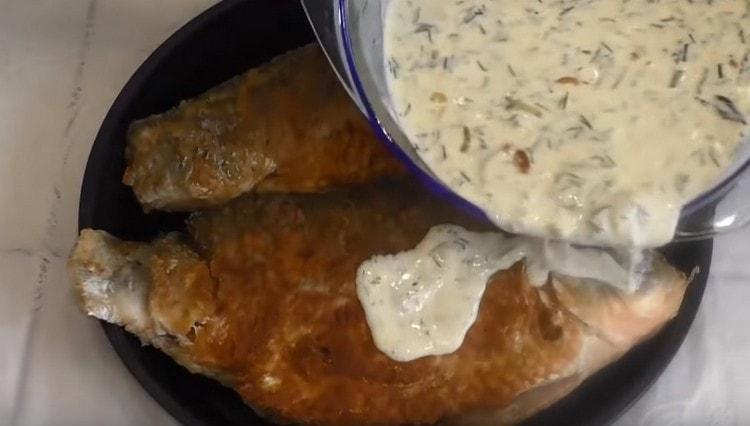 Заливаем карасей соусом и отправляем в духовку.