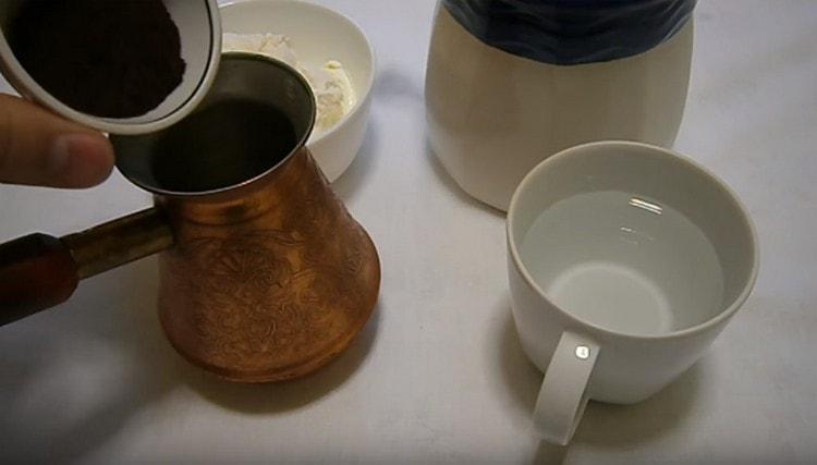 Насыпаем в турку натуральный молотый кофе.