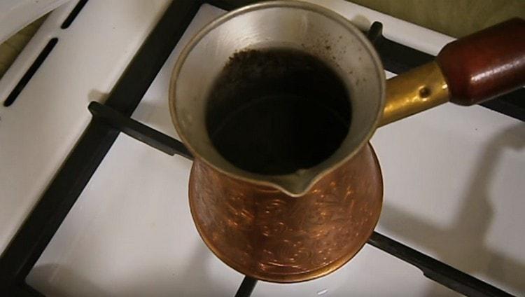Варим кофе, пока не поднимется характерная шапочка.