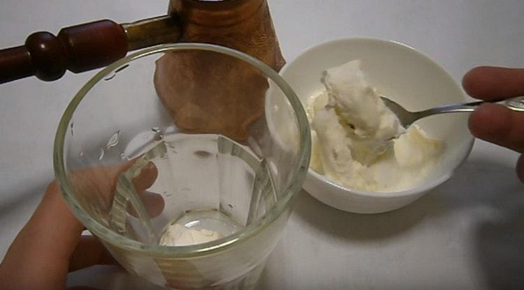 В высокий стакан выкладываем мороженое.