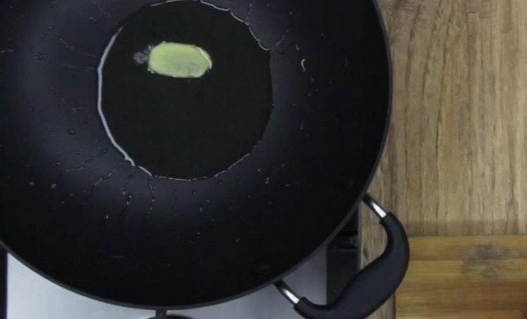 Разогреваем сковород с растительным маслом и слайсом имбиря.