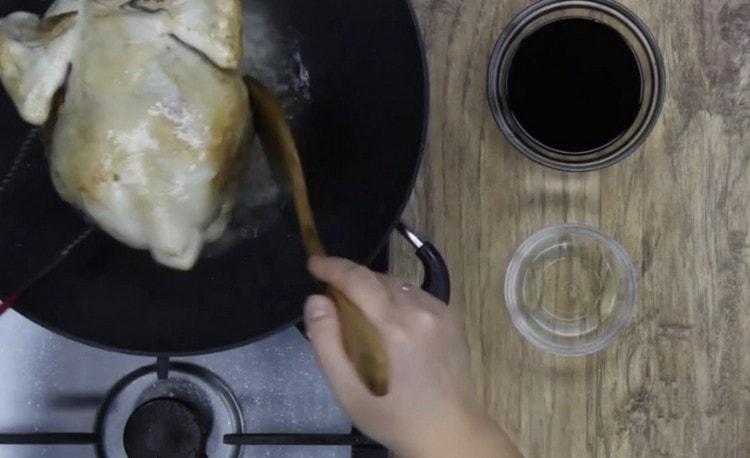 С обеих сторон обжариваем курицу до золотистого цвета.