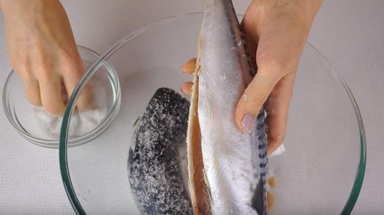 Натираем тушки скумбрии солью и оставляем мариноваться.