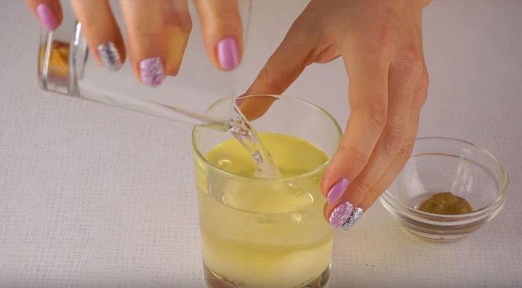 Для приготовления маринада соединяем растительное масло с уксусом.