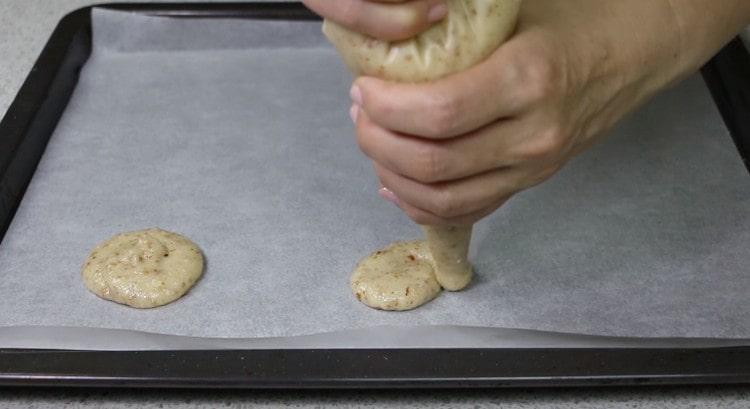 Формируем круглые печенья на застеленном пергаментом противне.