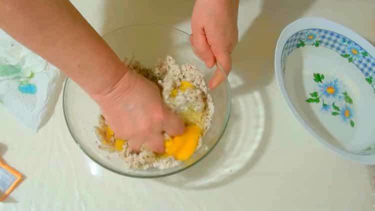Для приготовления миндального печенья, смешайте ингредиенты