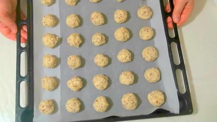 Для приготовления миндального печенья выложите печенье на форму
