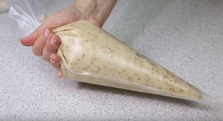 Тесто переливаем в кондитерский мешок.