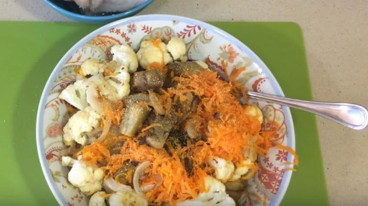 Соединяем все обжаренные овощи, добавляем сушеный чеснок, соль.