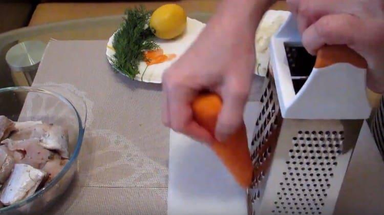 На крупной терке трем морковь.