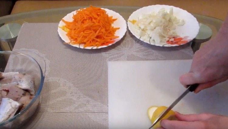 Нарезаем тонкими полукружочками лимон.