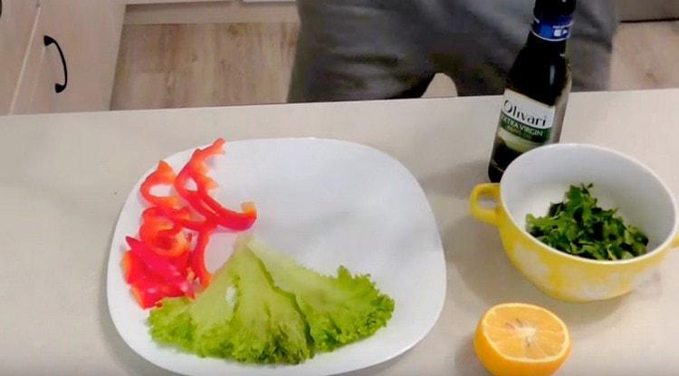 На блюдо для подачи выкладываем листья салата и перец.