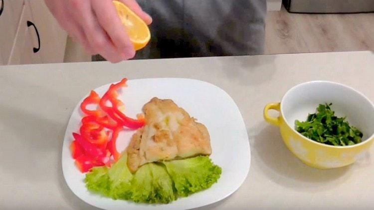 Сбрызгиваем готовую рыбу оливковым маслом и лимонным соком.