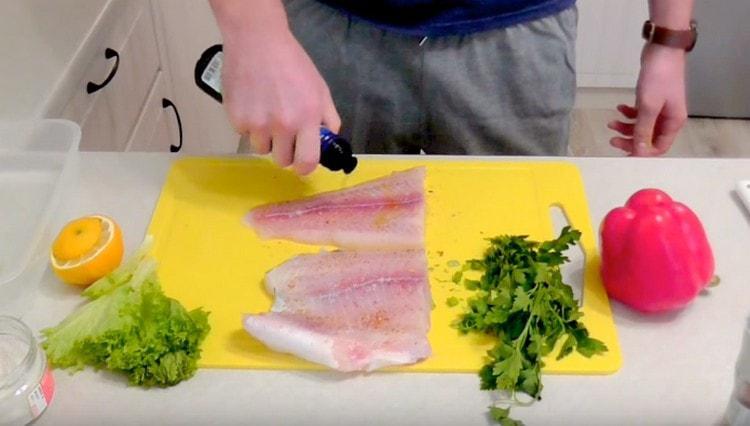 Слегка сбрызгиваем рыбу оливковым маслом.