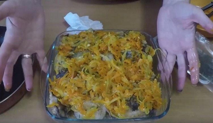 Покрываем рыбу оставшимися овощами.