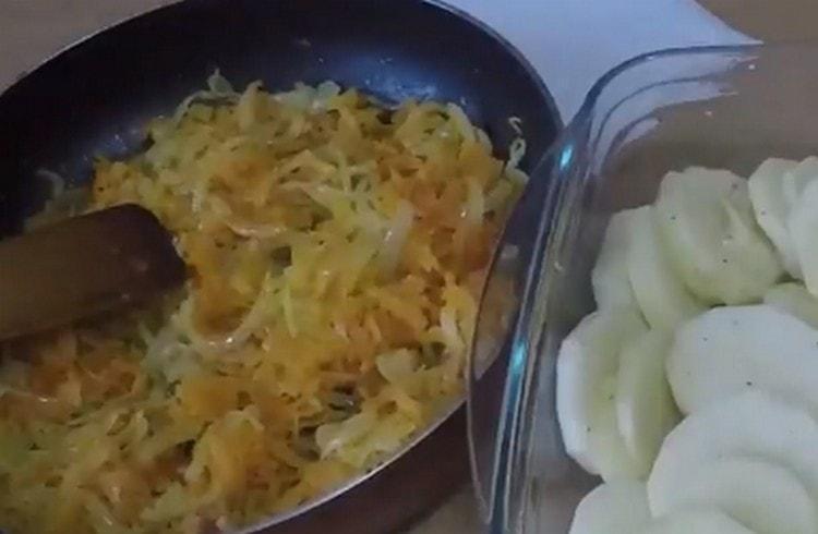 Морковь с луком пассеруем на сковороде.