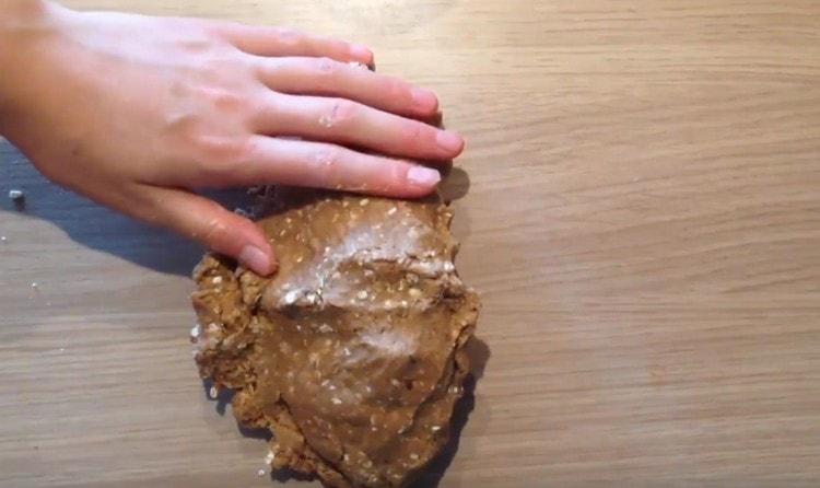 готовое тесто не должно липнуть к рукам.