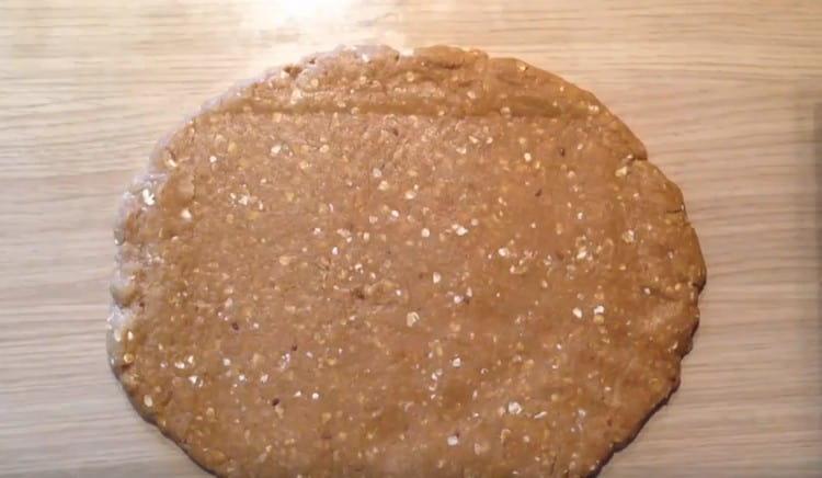 Тесто раскатываем в пласт толщиной 1 см.