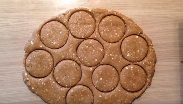 Из пласта теста выдавливаем печенье при помощи формы или стакана.