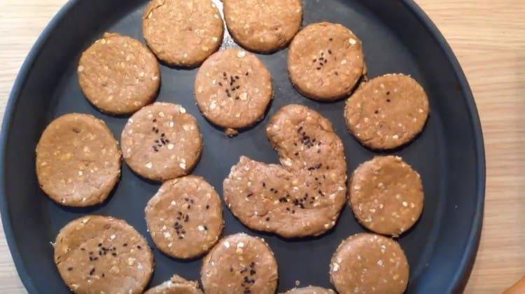 Выкладываем печенье на противень и отправляем в духовку.