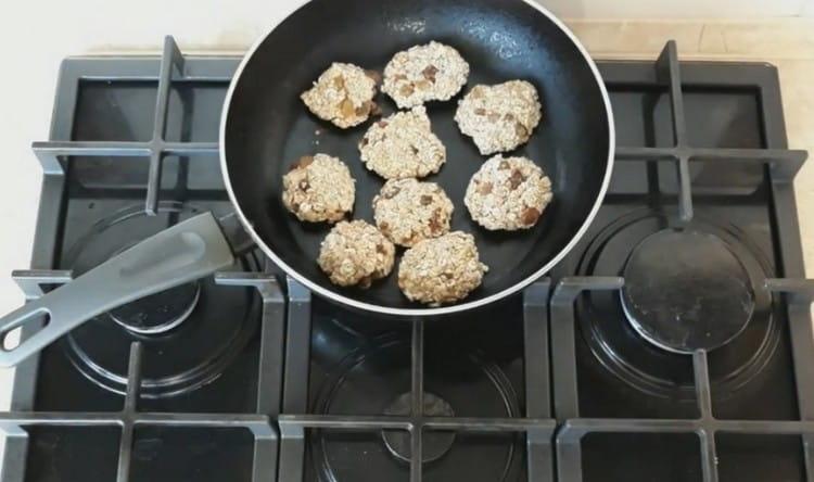 Разогреваем сухую сковороду и выкладываем на нее заготовки.