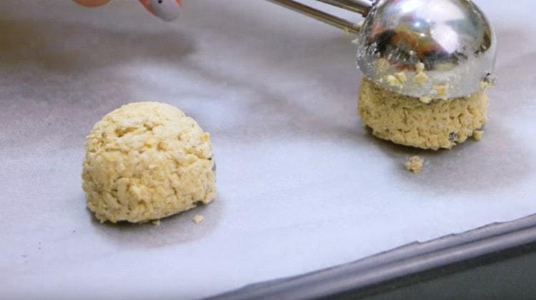 Выкладываем заготовки для печенья на застеленный пергаментом противень.