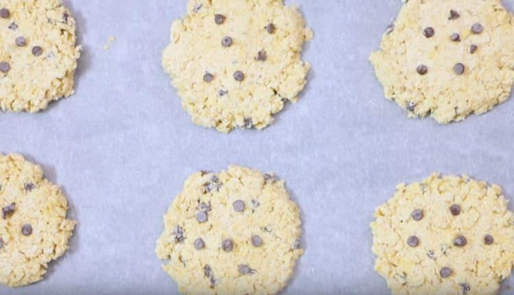 Отправляем противень с печеньем в духовку.