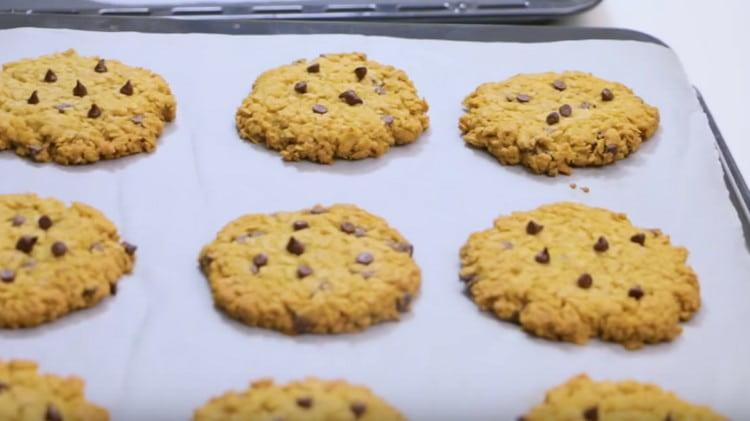 Готовое печенье вынимаем из духовки и даем минуты 3 остыть на противне.