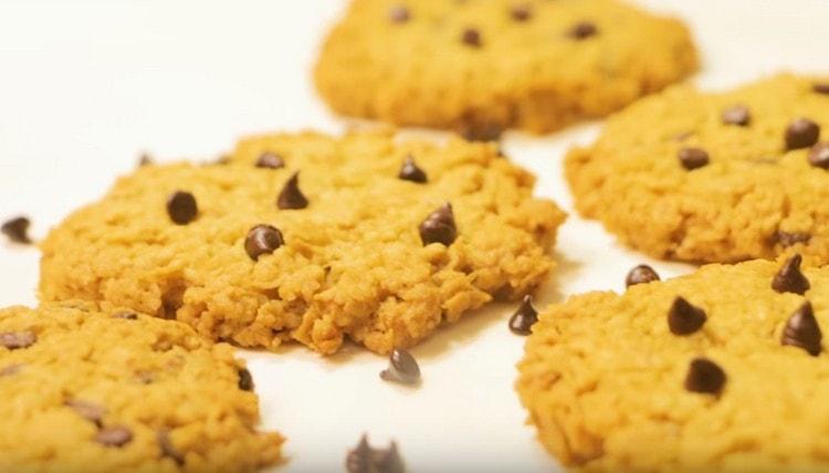 Такое овсяное печенье с шоколадом порадует и приятным вкусом, и нежным ароматом.