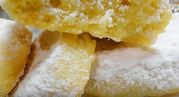 После выпечки печенье посыпают сахарной пудрой.