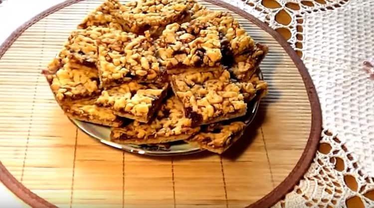 нарезаем пирог, и у нас получается замечательное песочное печенье с вареньем и крошкой.